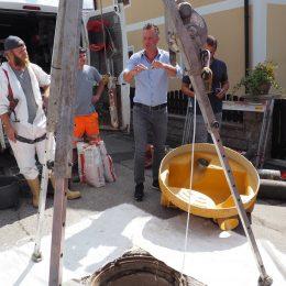 Schacht und RTi Arbeiter vor dem Einbau des Flexliner