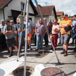 Schacht und Zuschauer vor dem Einbau